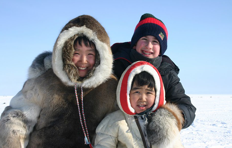 Inuici nazwa własna i ang Inuit według hasła w encyklopedii PWN nieodmienna nazwa własna Innuit  grupa rdzennych ludów obszarów arktycznych i subarktycznych Grenlandii Kanady Alaski i SyberiiLudy eskimoaleuckie należą do rodziny ludów pochodzenia azjatyckiego oraz dzielą się na dwie główne grupy Jugytów używających języków yupik oraz Inuitów